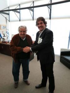 Pello Urizar, secretario general de Eusko Alkartasuna, con el presidente de Uruguay, Pepe Múgica